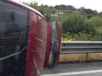 Auto si rovescia su un fianco lungo il raccordo tra Fiano e Passo Corese: traffico in tilt