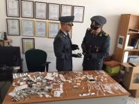 La Guardia di finanza sequestra 250 articoli fra bigiotteria e accessori d'abbigliamento taroccati