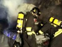 Auto in fiamme sulla Salaria. Incendio nell'area circostante