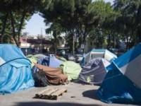 Roma: blitz della polizia alla tendopoli di Via cupa, fuggiti alcuni immigrati