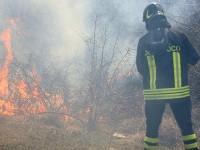 Passo Corese, per eliminare le erbacce provoca un vasto incendio: arrestato e ora ai domiciliari