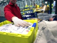 Ruba centinaia di pacchi di Amazon: 57enne postale in manette