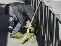"""Roma e l'esercito degli spazzini improvvisati: """"Voglio integrarmi onestamente, pulirò le vostre strade"""""""