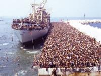 20.000 albanesi sbarcano a Bari. 26 anni fa il grande esodo