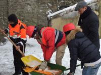 I ragazzi del CARA nell'emergenza neve a Castelnuovo di Porto