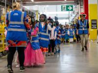Amazon: 300 studenti in maschera in visita presso il centro di distribuzione di Passo Corese per Carnevale