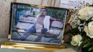 """Monterotondo, folla ai funerali dell'uomo ucciso dalla figlia. Qualcuno grida """"sei un grande"""""""