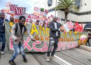 «La sicurezza è un'altra cosa». In migliaia contro le leggi Salvini