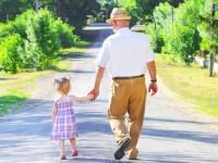 Coronavirus, si può fare una passeggiata con i bambini e gli anziani. Ecco a quali condizioni
