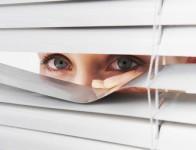 donna-spia-finestra-55923