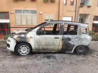 Auto in fiamme nella notte. Sul posto Carabinieri e Vigili del Fuoco